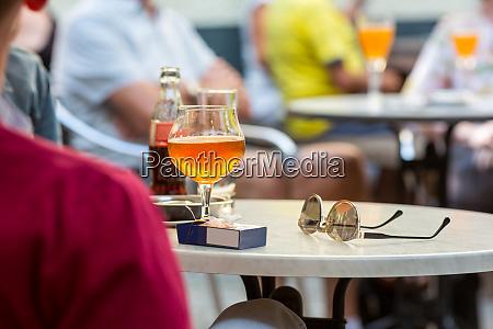touristen trinken bier im strassencafe europa