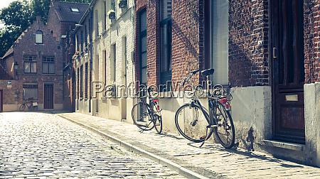 fahrraeder an der altbaufassade gemuetliche strasse