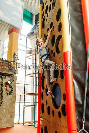 lustige maedchen klettern waende in kinder