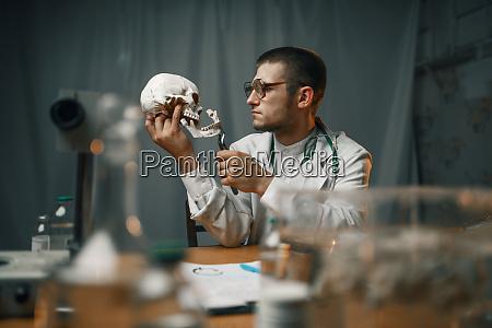 psychiater im labormantel untersucht den menschlichen