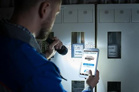 mann hand halten handy zeigt elektrische