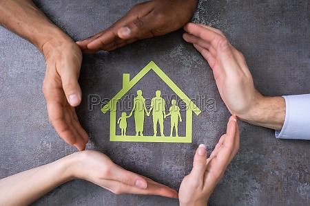 person haende schuetzen familienhaus