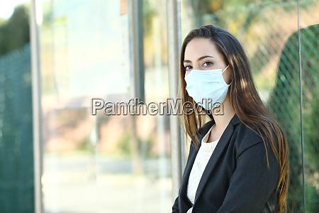 frau traegt eine maske um ansteckung