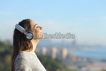 frau hoert musik atmen im freien