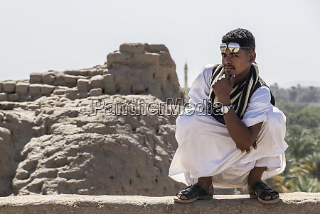 junger sudanesischer mann posiert selbstbewusst waehrend