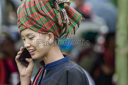 moderne burmesische junge frau auf smartphone