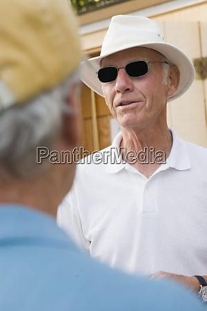 senior mann traegt sonnenbrille