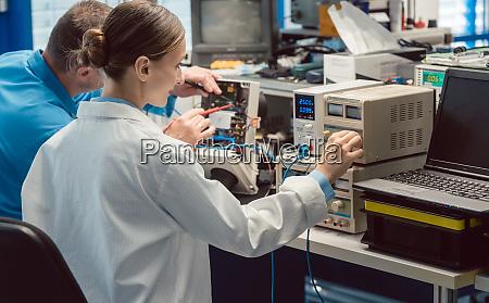 zwei elektroniker auf dem pruefstand messen