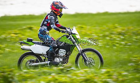 biker auf dem gelaende motorrad durch