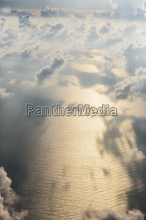 luftbild wolken ueber sonnigem ruhigem meer