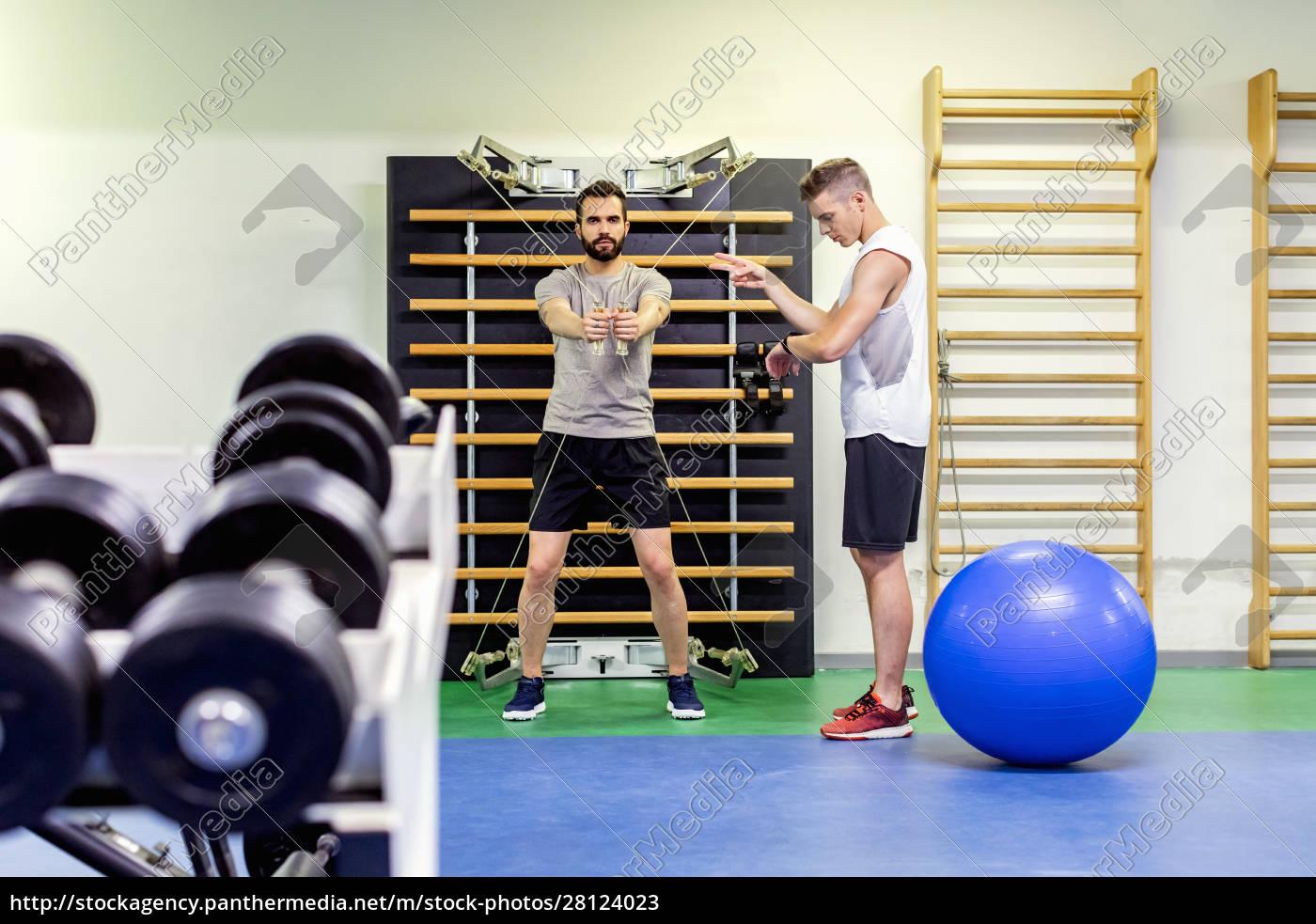 mann, coaching, freund, in, fitness-studio - 28124023