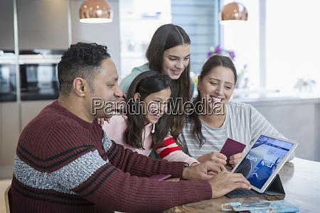 gluecklicher familienplan urlaub bei digitales tablet