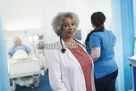 portraet selbstbewusste oberaerztin im krankenzimmer