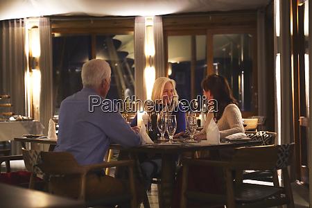 senior freunde geniessen abendessen im restaurant