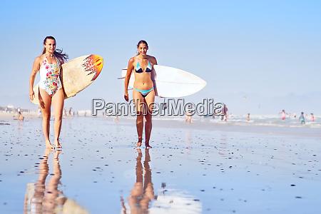 portraet selbstbewusste junge surferinnen am sonnigen