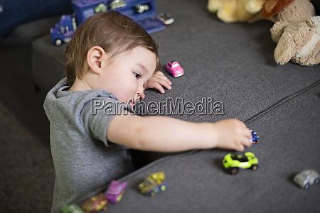 neugierige suesse kleinkind maedchen spielen mit