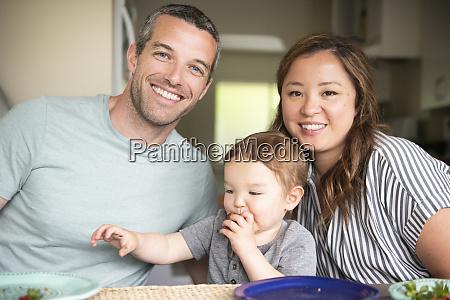 portraet glueckliche junge familie essen