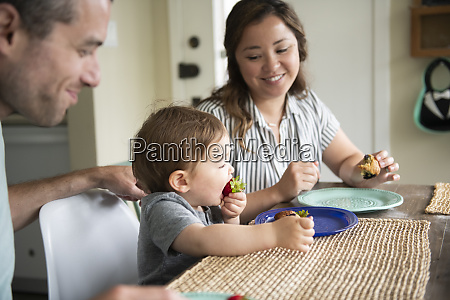 eltern beobachten suesse kleinkind tochter essen