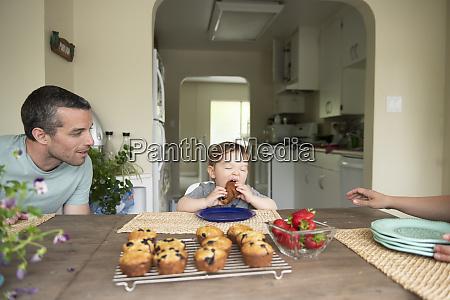vater beobachtet niedliche kleinkind tochter essen