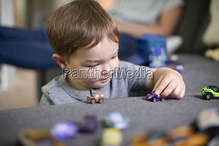 nahaufnahme neugierige kleinkind maedchen spielen mit
