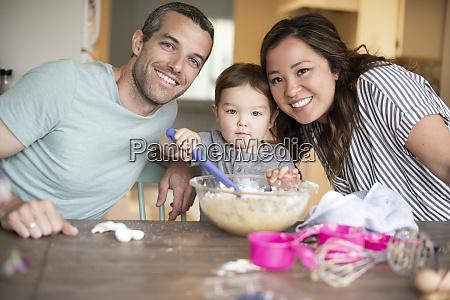 portraet gluecklich junge familie backen