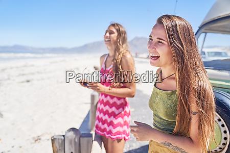 glueckliche junge frauen freunde lachen am