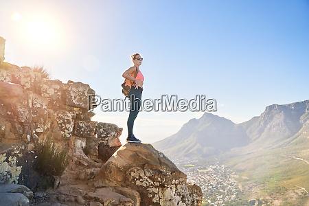 junge wanderin auf sonniger klippe kapstadt