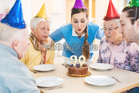 senioren feiern geburtstag im seniorenheim