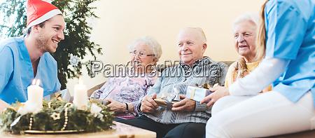 senioren und krankenschwestern feiern weihnachten im