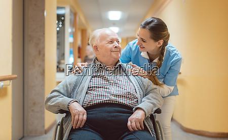 krankenschwester und senior im rollstuhl im