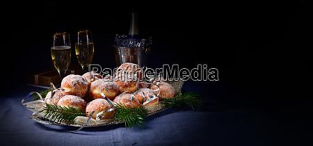 feine berliner donuts mit marmeladenfuellung und