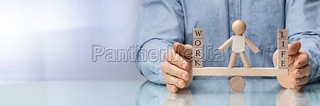 menschliche hand schuetzt das gleichgewicht zwischen