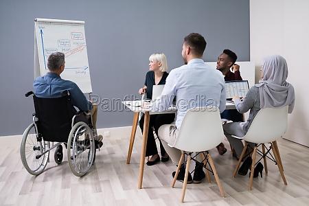 deaktiviert, businessman, giving, presentation - 28135120