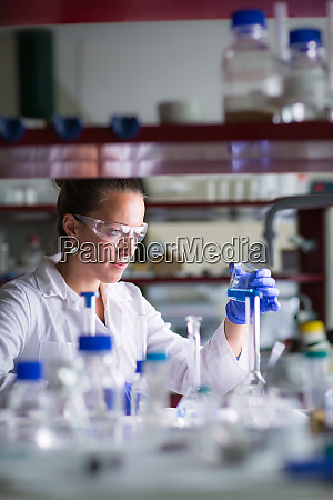 forscherinnen die wissenschaftliche forschung in einem