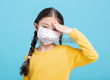 krankemaedchen kind in medizinische maske isoliert