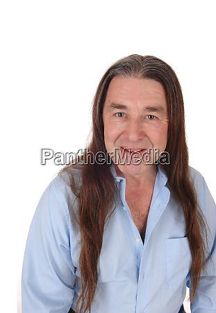 portraet eines indigenen mannes mit langen