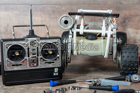 funkgesteuertes automodell mit werkzeugen zur reparatur