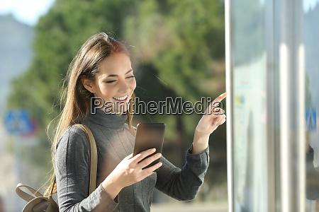 pendler ueberprueft telefon und fahrplantabelle in