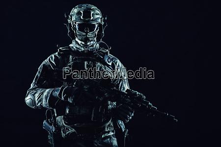armee spezialeinsatzkraefte soldaten in maske und