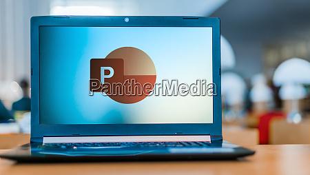 laptop computer mit logo von microsoft