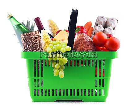 kunststoff einkaufskorb mit verschiedenen lebensmittelprodukten