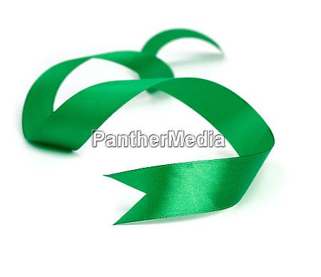 verdrehte gruene seidenband isoliert auf weissem