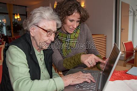 junge frau gibt computer exercice zu