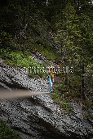 huebsch klettererin auf einem klettersteig