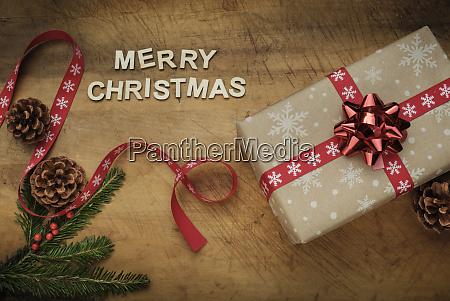 worte frohe weihnachten durch weihnachtsgeschenk