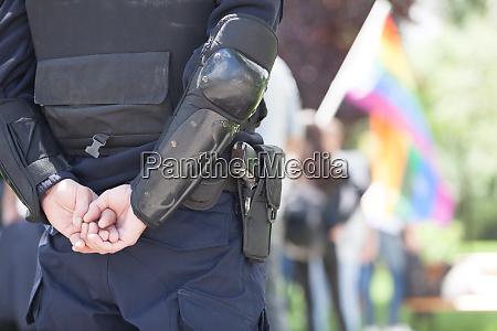 polizist im einsatz waehrend lgbt stolz