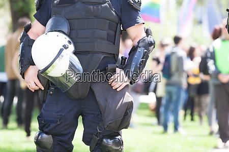 polizist bei protest im einsatz