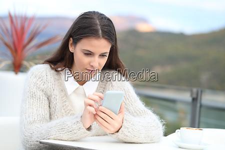 teenager maedchen blickauf ihr handy auf