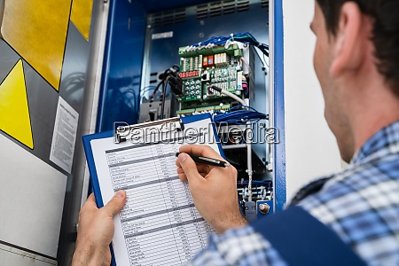 elektriker haelt zwischenablage bei der untersuchung