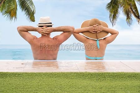 paar in unendlichen schwimmbad